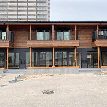 2020年12月に完成したての新築!周りにもきれいな住宅が立ち並びます。