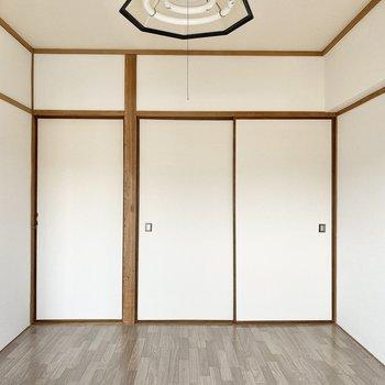 【洋室②】ドアをしめるとこんな感じ◯右側は収納ですよ。