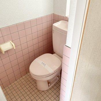 トイレはお気に入りのカバーで個性をプラスしましょ。ピンクのタイルが◯