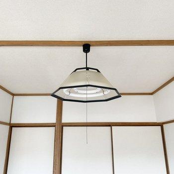 【洋室②】こちらのお部屋のライトもモノトーンでかわいい!