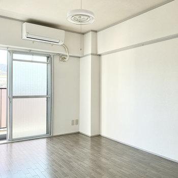【洋室①】ホワイトベースなので、どんなカラーの家具もお似合い。