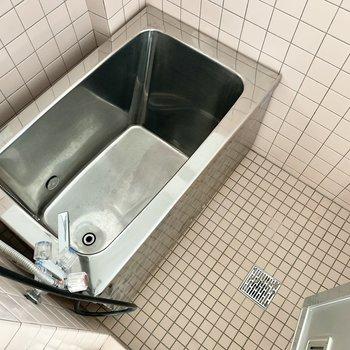 シルバーの浴槽がレトロ感があっていい味だしてる♪