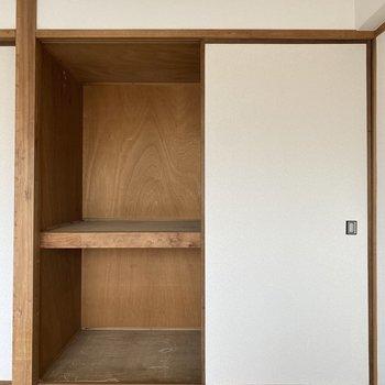 【洋室②】奥行き横幅しっかりなので、お布団など大きめの収納にいいかな。
