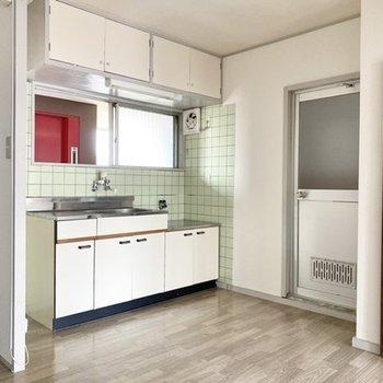 【ダイニング】右の扉がバスルーム。左側にトイレがあります。