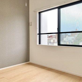 4.1帖の広さ。ベッドはセミダブルくらいは置けそうですね。(※写真は5階の同間取り別部屋のものです)