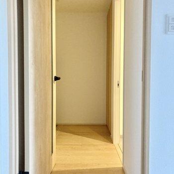 玄関前に水回りはあります。(※写真は5階の同間取り別部屋のものです)