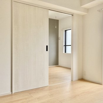 お隣の洋室を見ていきましょう!(※写真は5階の同間取り別部屋のものです)