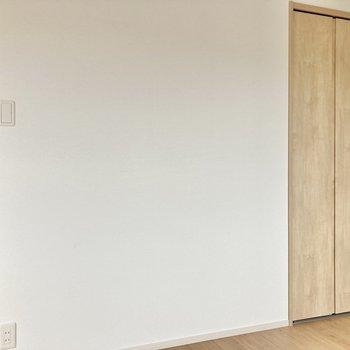 正方形の形なので、隅には間接照明を置いても◎ (※写真は5階の同間取り別部屋のものです)