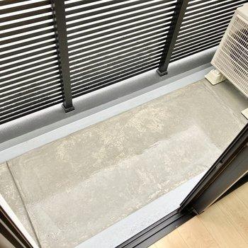 バルコニーはコンパクトです。外干し用のフックはありませでした。(※写真は5階の同間取り別部屋のものです)