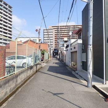 【周辺環境】お向かいも駐車場ですが、車どおりはほとんどないです。