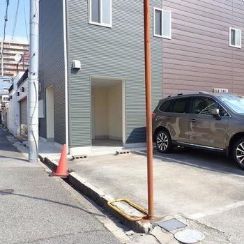 ここの空いているところに駐車できます!お家の目の前!
