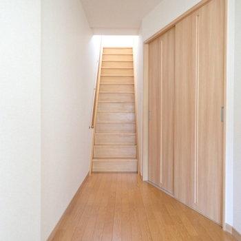 階段をあがりましょう~!右手の扉はリビングへ。ちょっと斜めになってるんですよね!