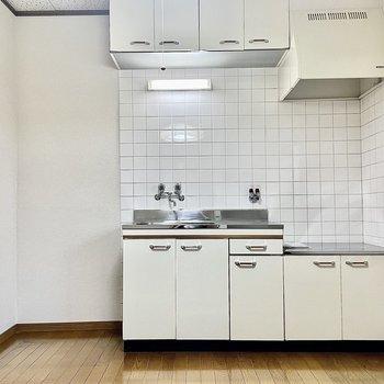 【DK】上下に収納がある広めのキッチン。