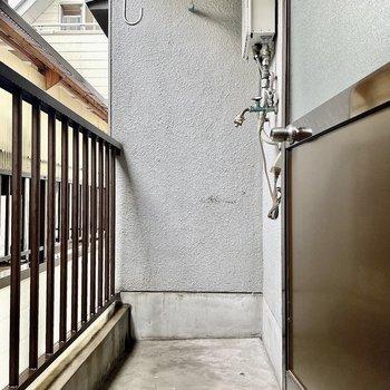 和室の奥からベランダに出られます。洗濯機置き場は外になります。