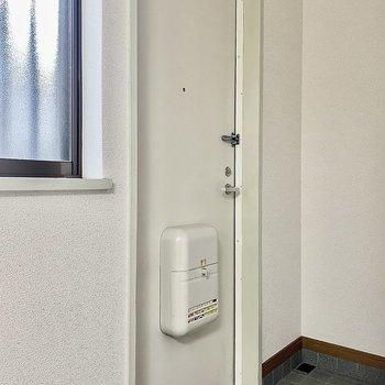 扉は白でシンプルに。