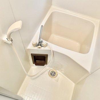 やや小さめですが浴槽もあるので疲れた日は浸かることもできます。