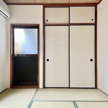 【和室】左には小窓があります。