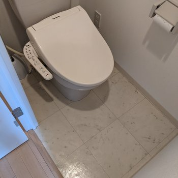 温水便座付きの便利なトイレです。