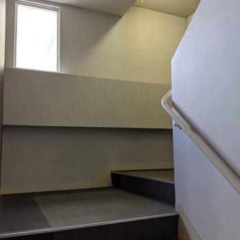 共用階段は屋内なので天気の影響などを受けません。
