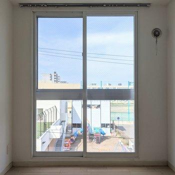 【5.65帖洋室】窓は東向き。午前中に明るい日差しが差し込みます。