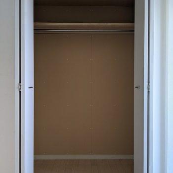 【4.65帖洋室】ハンガーパイプがついているのでロングコートもシワなく収納できますね。