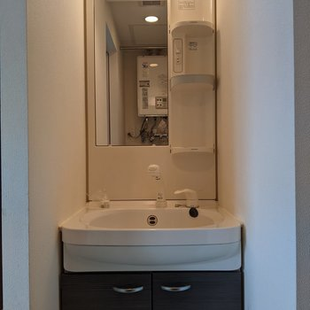 独立式洗面台では身支度がしやすいです。
