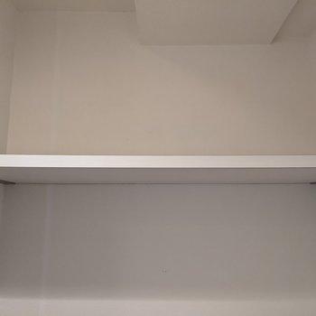 トイレ上には棚があります。トイレットペーパなど置くことができますよ。