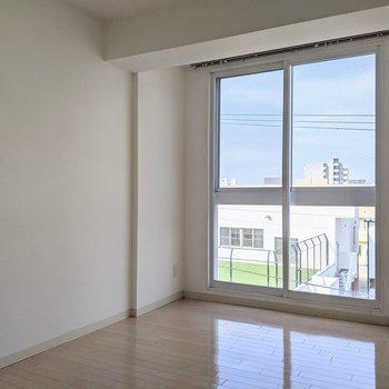 【5.65帖洋室】大きな窓が特徴的な洋室です。