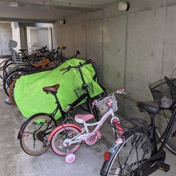 駐輪場は屋根があるので天気の影響を受けにくいです。