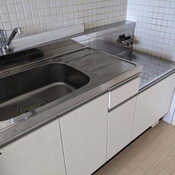 【LDK】家事のしやすいキッチンです。コンロは持ち込みです。