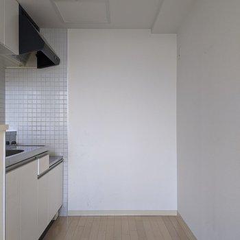 【LDK】キッチンの通路は広めです。冷蔵庫や家電を置くことができますね。