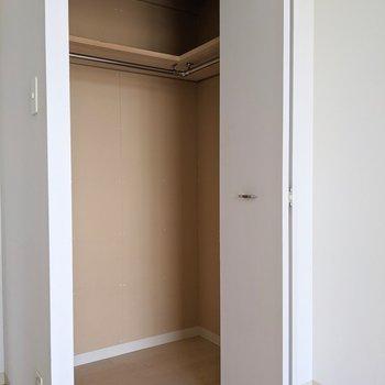 【5.65帖洋室】ウォークインクローゼットになっているので掃除機や布団なども収納できます。