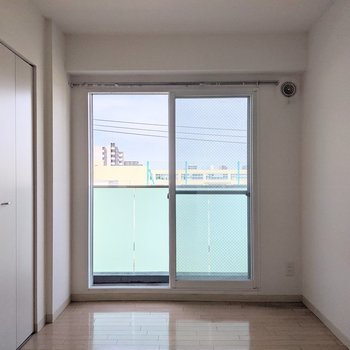 【4.65帖洋室】窓は東向き。バルコニーに出ることができます。