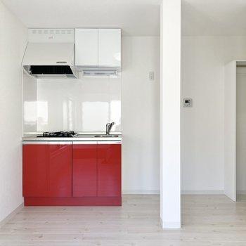 真っ白な壁に赤いキッチンが映えてる♪