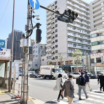 入谷駅前は多くの人で賑わう大通り。
