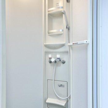 奥にシャワールームがあります。