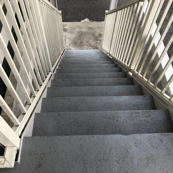 この階段で2階のお部屋に