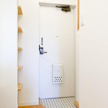 白で統一された明るい玄関※写真は1階の同間取り、別部屋のもの