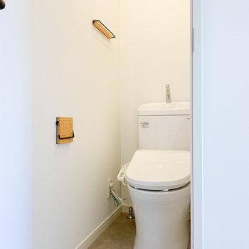 グレーの床で落ち着きがあるトイレ※写真は1階の同間取り、別部屋のもの