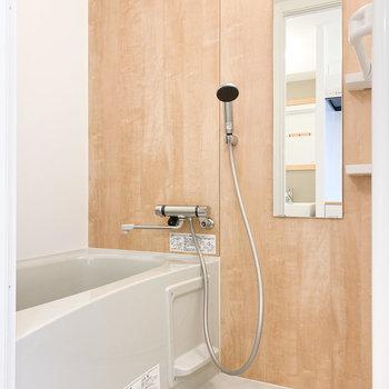 温かみがあるウッド調のアクセントパネルが施されています※写真は1階の同間取り、別部屋のもの