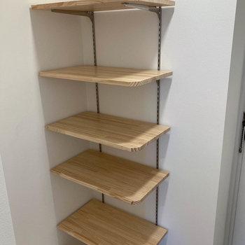 隣の棚は半分靴を置いて、もう半分は洗濯洗剤とか置くのに良いかも。