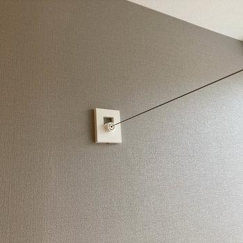 ワイヤー収納式の室内物干しもついています。