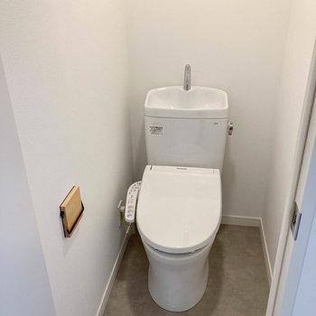 キッチンの後ろ側にトイレがあります。
