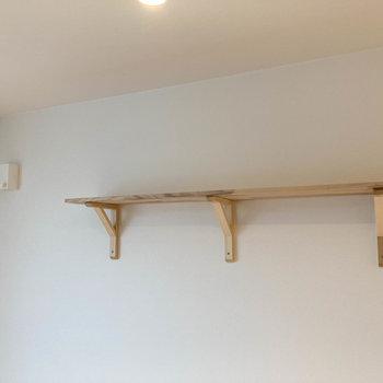 居室の壁にちょっとした棚。