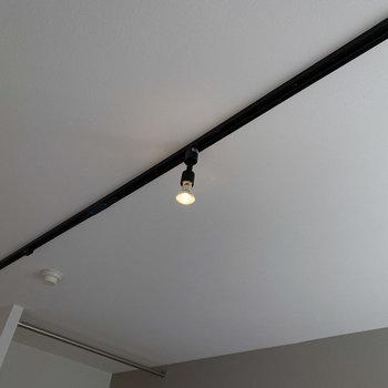 ライティングレールは照明のアレンジを楽しめます◎※写真は1階の同間取り、別部屋のもの