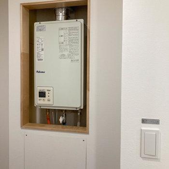 玄関横でお湯の温度調整ができますよ。
