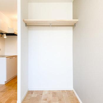 オープンクローゼットはパイプに布をかけると隠すこともできますよ※写真は1階の同間取り、別部屋のもの