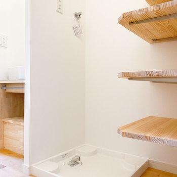 洗濯機置き場は玄関横にあります※写真は1階の同間取り、別部屋のもの