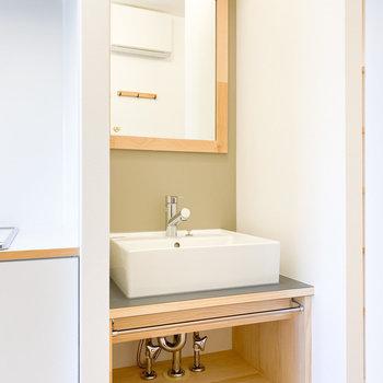 スッキリとした独立洗面台※写真は1階の同間取り、別部屋のもの