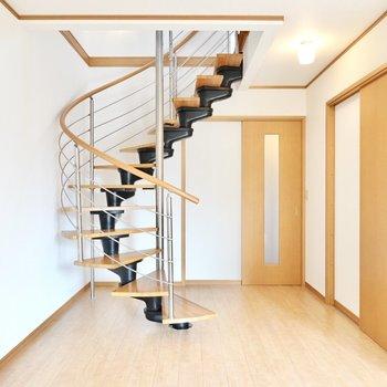 12帖のLDKには特徴的な螺旋階段◎(※写真は同間取り別部屋のものです)